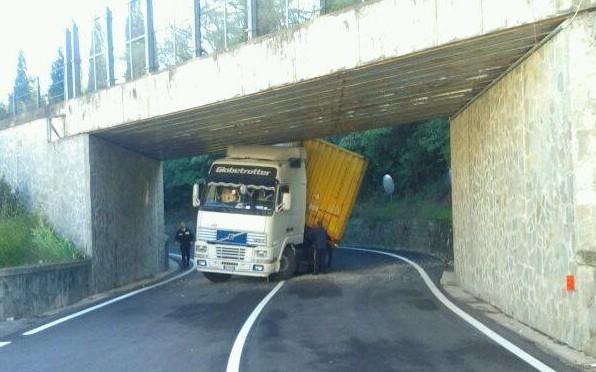 Photo of FIESOLE – Tir si incastra nel sottopassaggio