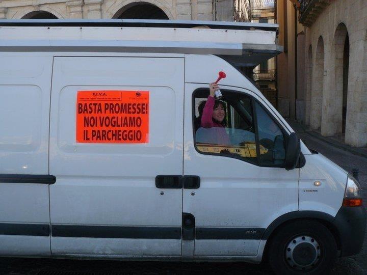 furgone con manifesto di protesta