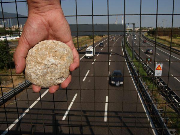 Photo of Gettano pietre dal cavalcavia, nei guai cinque 15enni