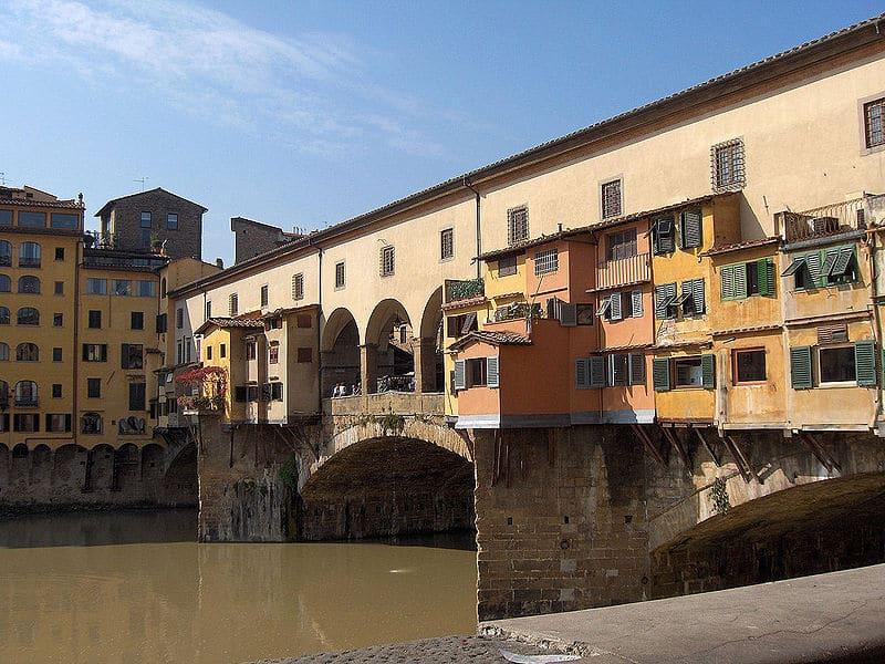 Photo of Bimba imbratta Ponte Vecchio, padre multato pulisce