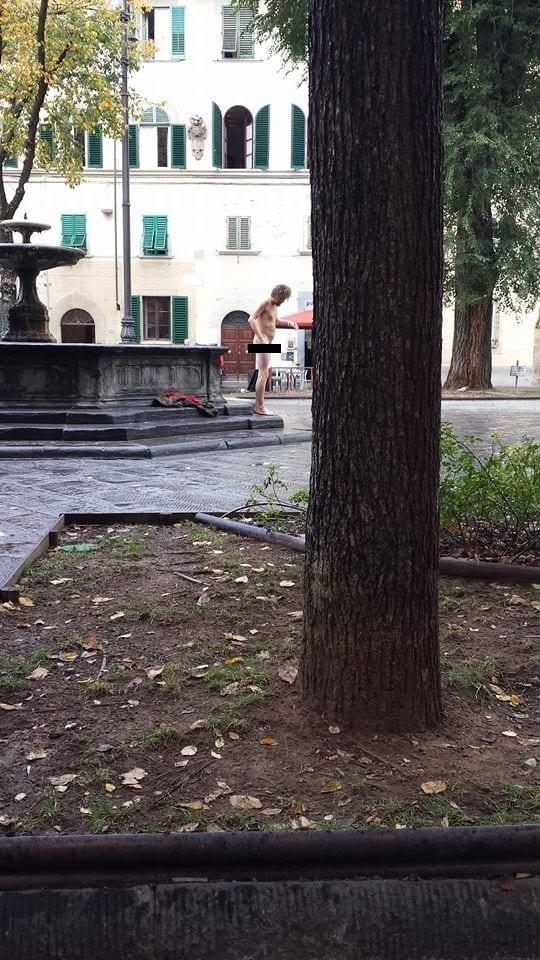 Photo of FIRENZE – Piazza Santo Spirito: fa il bagno nudo nella fontana | FOTO