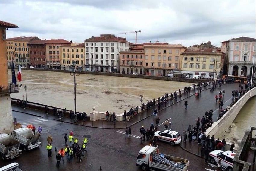 Photo of MALTEMPO – Paura Arno a Pisa, chiuse scuole e uffici pubblici