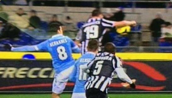 Photo of Ecco perché il fallo di mano Bonucci in Lazio-Juventus non è rigore