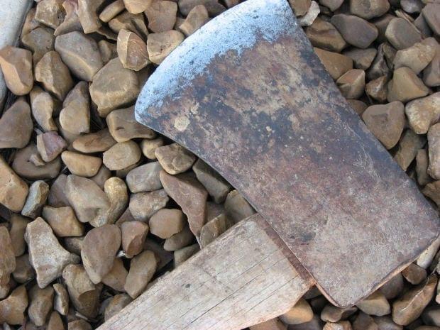 Photo of PISTOIA – Massacra compagno di stanza a colpi di accetta