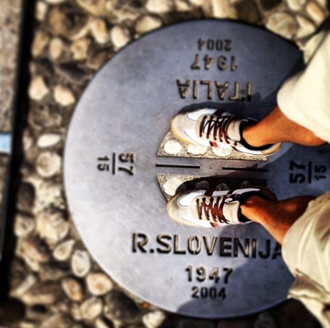Il confine tra Italia e Slovenia tra Gorizia e Nova Gorica. Laddove c'era un muro ora c'è una targa commemorativa