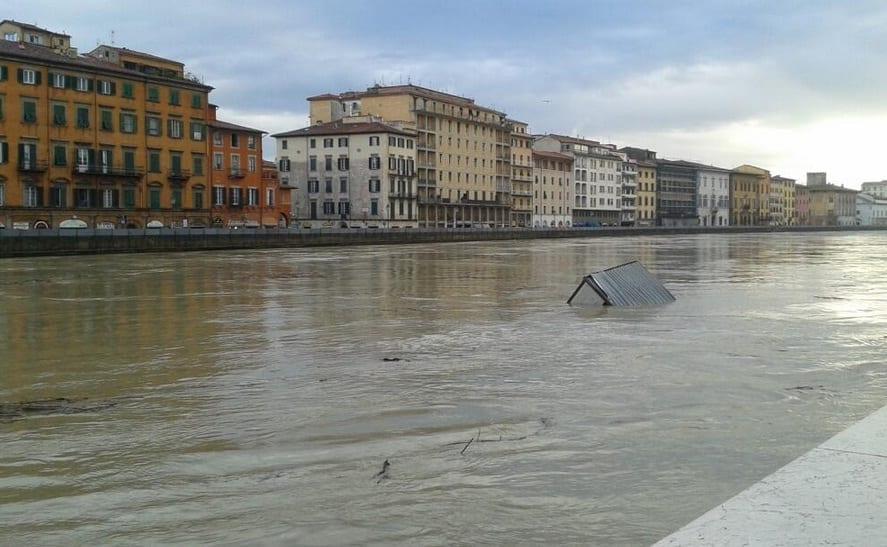 La piena dell'Arno a Pisa (foto tratta dal profilo twitter di Angela Di Giorno)