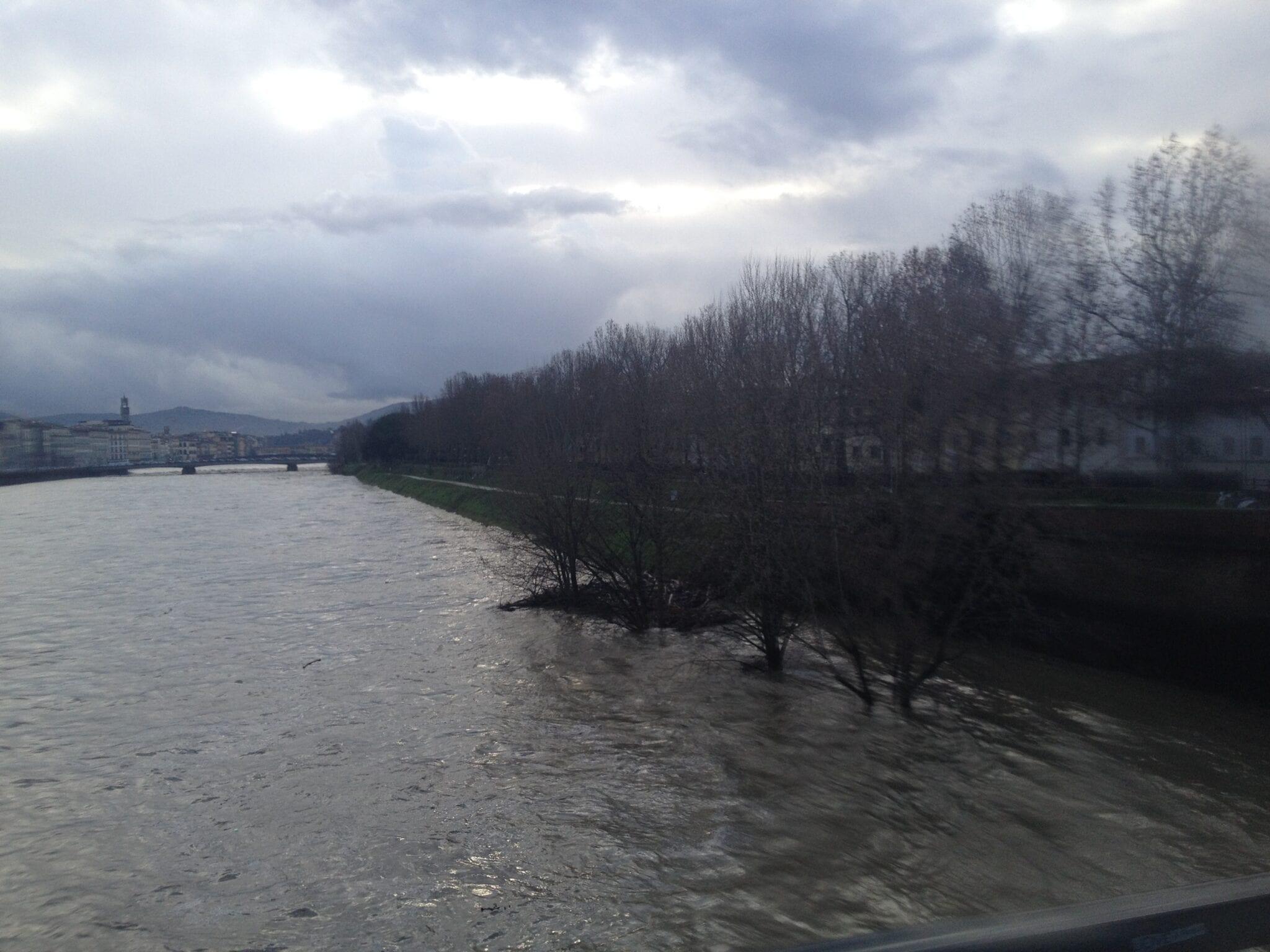 L'Arno visto dal Ponte alla Vittoria a Firenze (ore 08.55)
