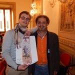Marco Gargini con Ali Hassoun e la copia del Drappellone del 2 luglio 2010