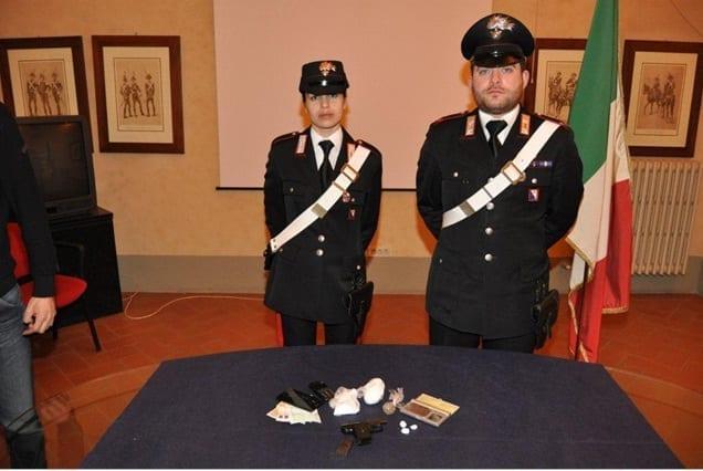 Il materiale sequestrato dai Carabinieri con la pistola, le banconote e la droga