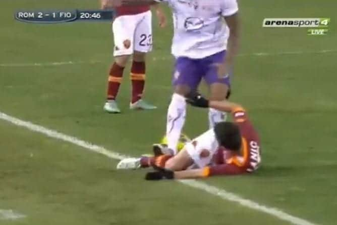 Olivera pesta Pjanic in Roma-Fiorentina della scorsa stagione. Ammonito per il fallo, si beccherà ulteriori 3 giornate per la condotta violenta sfuggita all'arbitro Banti