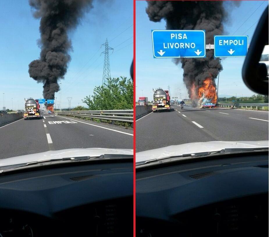 Il pullman che ha preso fuoco sulla FiPiLi a Empoli (foto tratte dal profilo Facebook del campione di canottaggio Francesco Rofi)