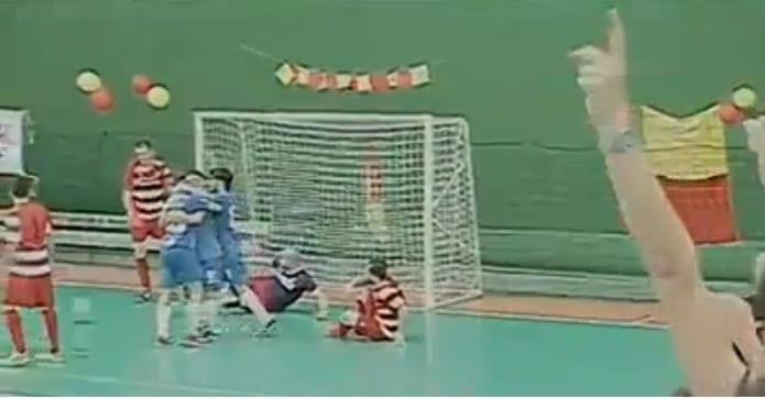 L'abbraccio dei giocatori della Poggibonsese al gol qualificazione di Conti (foto frame MovieStar per Toscana Tv)