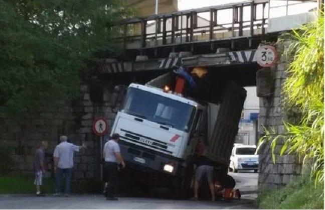 Photo of PRATO – Camion rifiuti incastrato in sottopasso
