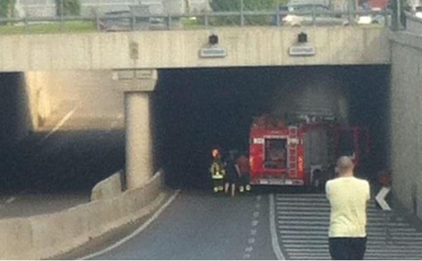 Sottopasso via Nenni chiuso per auto in fiamme (foto Vab Prato)