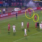 """Serbia-Albania, 35'25"""", Lazovic e Kolarov tentano di calmare gli animi, il giocatore albanese e il guardalinee si allontanano. Partita momentaneamente sospesa."""