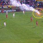 """Serbia-Albania, 41'13"""", arriva un altro fumogeno, l'arbitro Atkinson indica il bengala e il fumogeno e sospende momentaneamente la partita"""