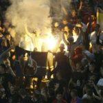 Serbia-Albania, i 'tifosi' serbi bruciano la bandiera della Nato