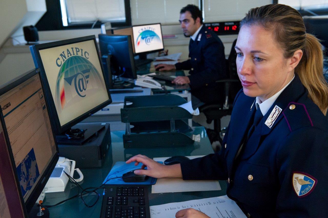 Photo of Reati informatici, ecco i dati 2014 della Polizia Postale