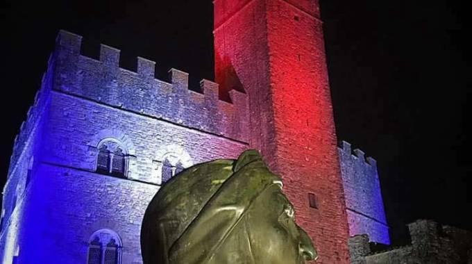 Photo of POPPI (AR) – Castello tricolore in ricordo della strage di Parigi