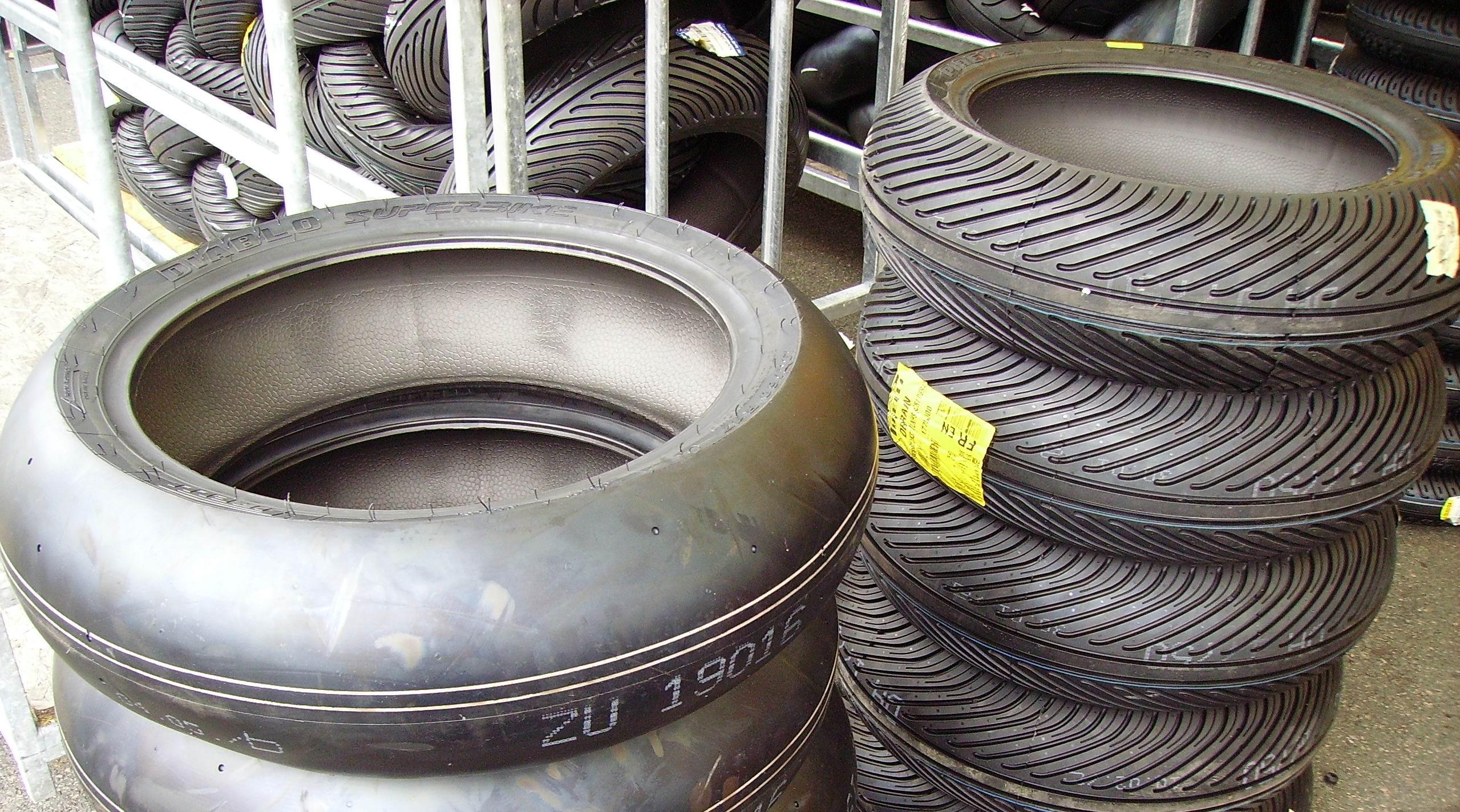 Photo of MOTOGP – Caso gomme Michelin, gomme posteriori ritirate, gara dimezzata e cambio moto obbligatorio