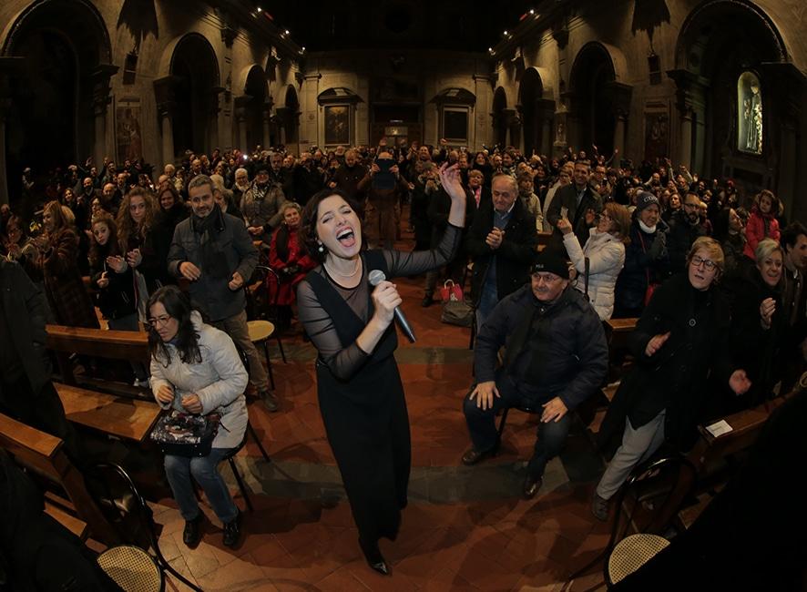 Photo of Tutti in piedi per Oh Happy Day a Firenze. Nella Chiesa di Ognissanti concerto a favore dell'A.T.T.