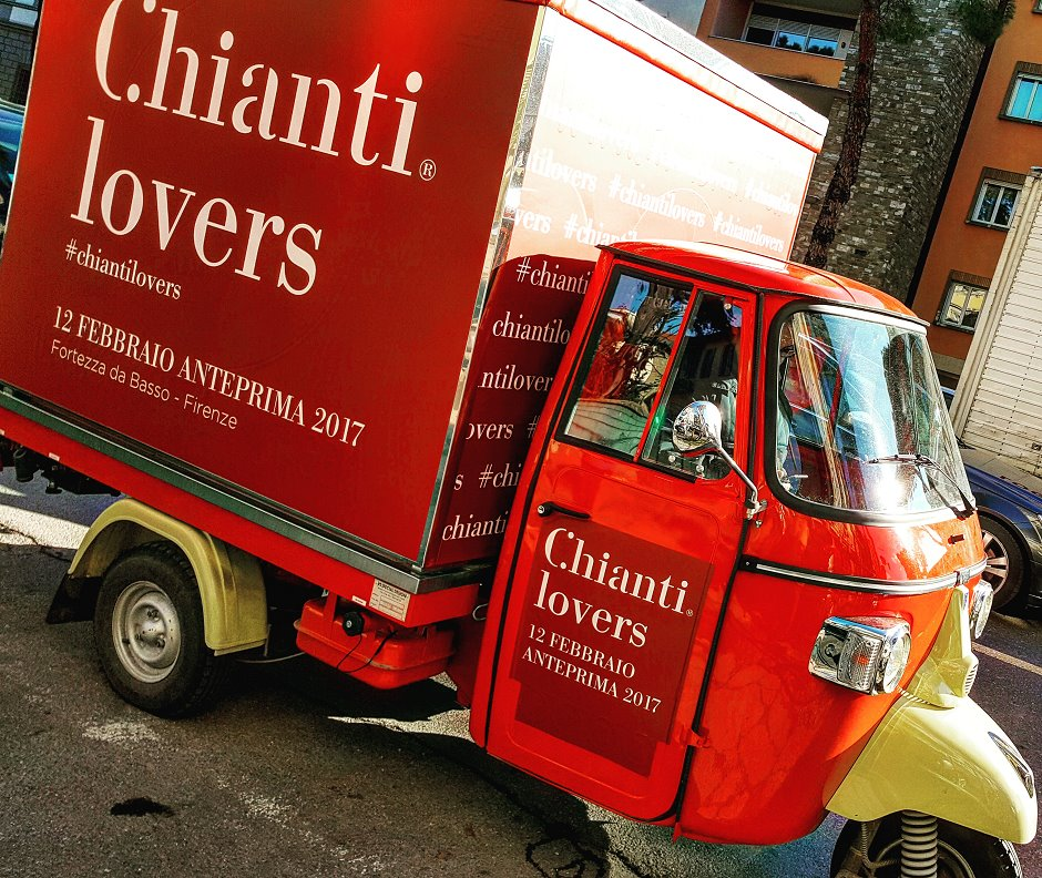 Photo of L'Ape di 'Chianti Lovers' in piazza Santo Spirito a Firenze per una speciale 'anteprima' dell'Anteprima