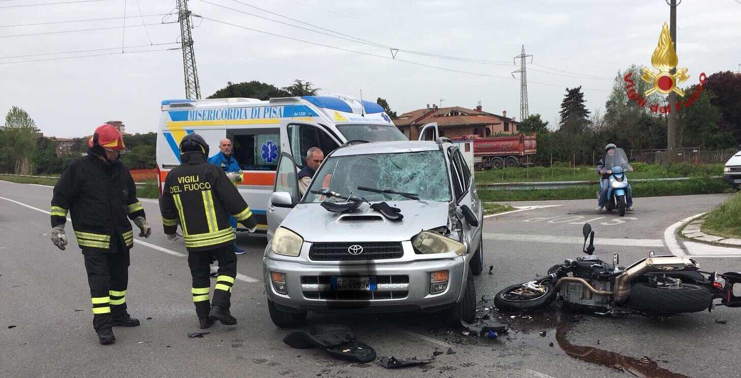 Photo of PISA – Scontro tra auto e moto in Via Tesio, grave il 69enne motociclista.