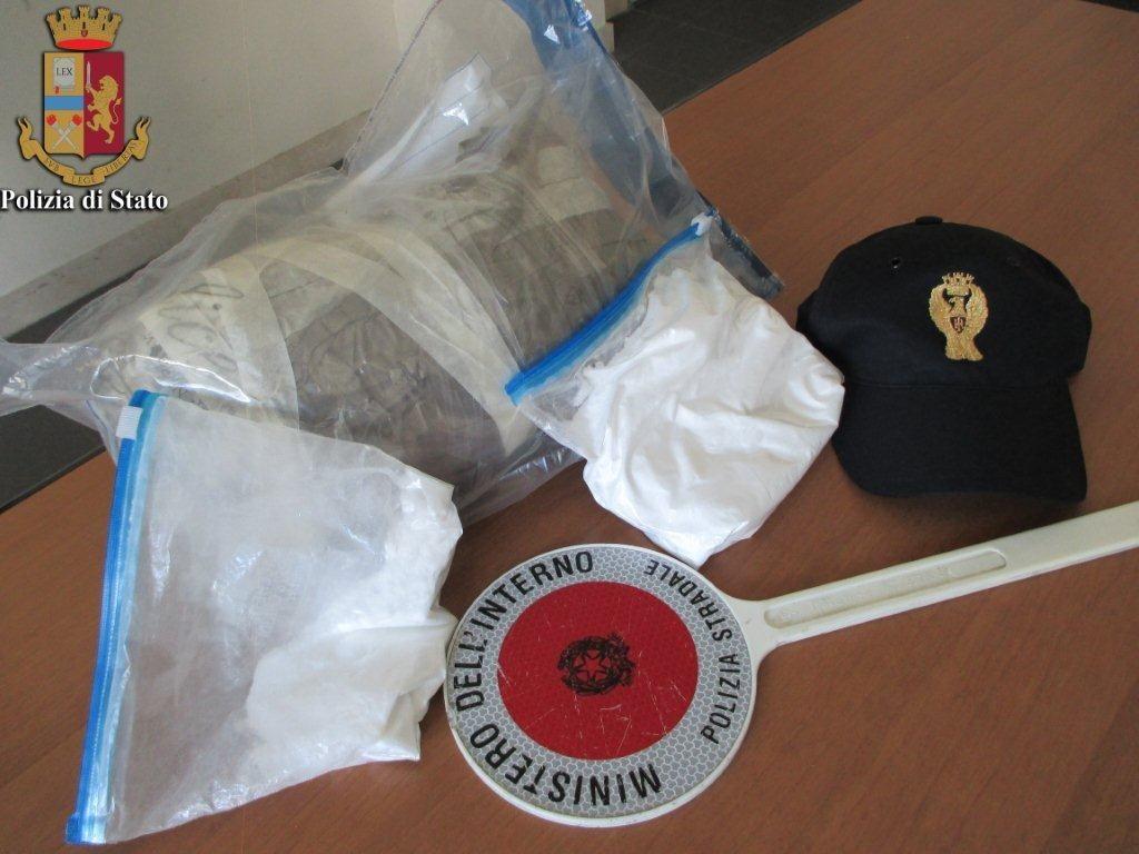 Photo of Spacciatori con 50mila euro falsi bloccati sulla A1; sequestrati oltre un chilo e mezzo di droga