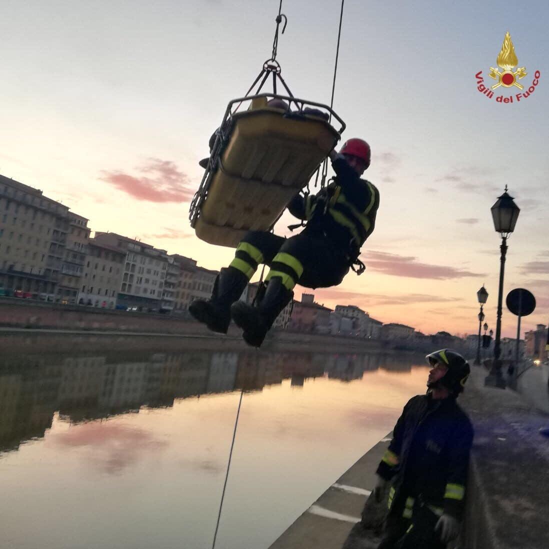 Photo of PISA – 25enne pisano cade giù da Lungarno. Le FOTO del salvataggio dei Vigili del Fuoco