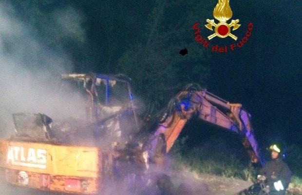 Photo of GROSSETO – Incendio a Campagnatico, macchina agricola distrutta