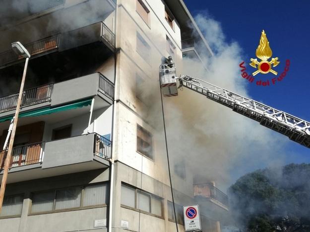 Photo of PRATO – Incendio in appartamento, Vigli del Fuoco trovano i cadavere di una donna di 72 anni
