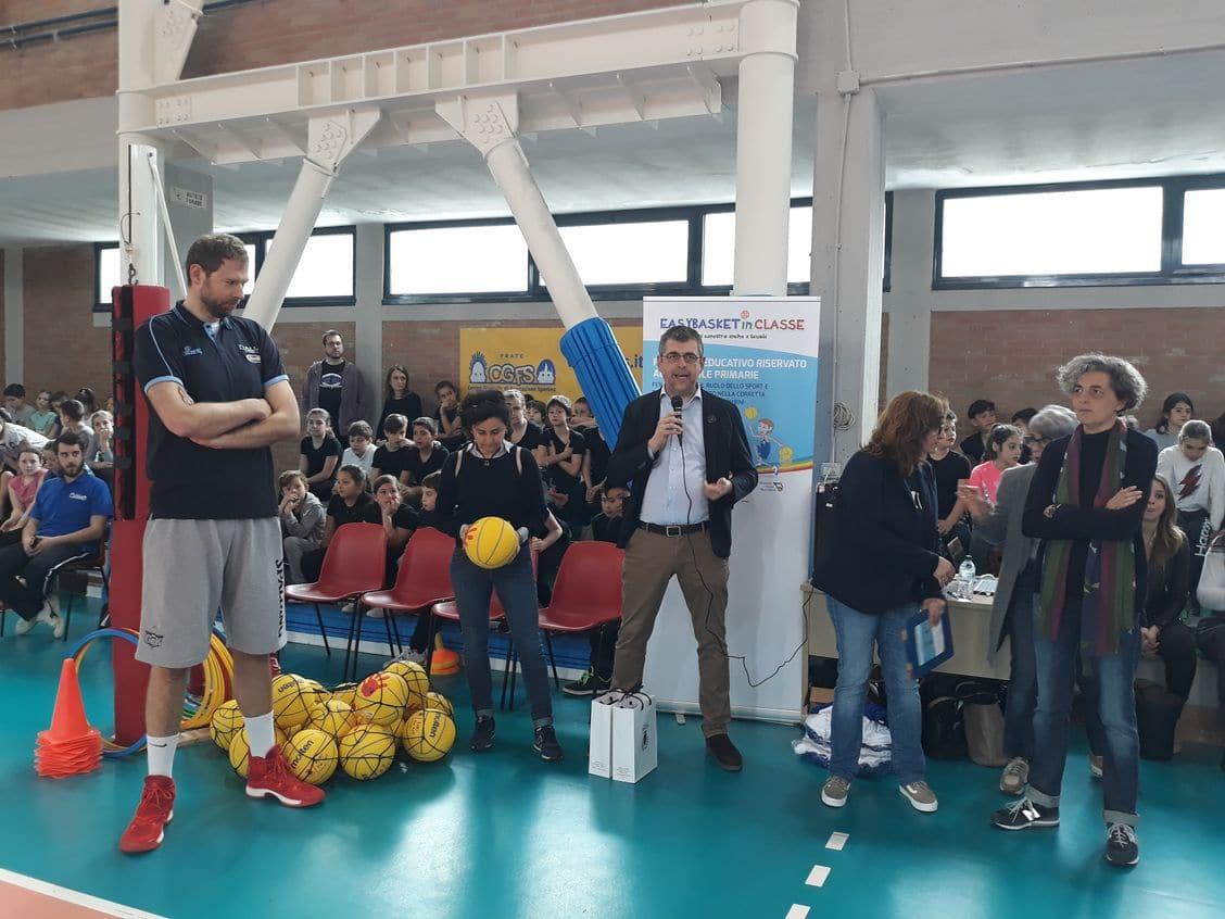 Photo of PRATO – EASYBASKETinCLASSE, alla primaria De Andrè con Giacomo Galanda