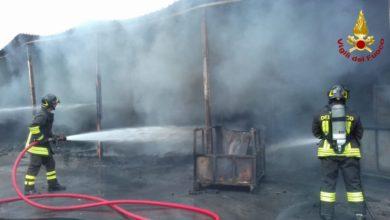 Photo of PISTOIA – Fabbrica in fiamme a Quarrata, capannoni completamente distrutti