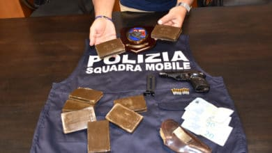 Photo of AREZZO – Arrestato spacciatore clandestino con 1kg di hashish ed una pistola rubata