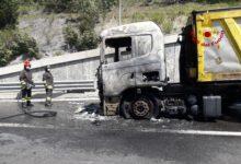 Photo of Incendio in A1, mezzo pesante in fiamme prima di Barberino di Mugello