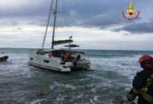 Photo of LIVORNO – Catamarano incagliato a Castiglioncello, tratti in salvo gli occupanti – VIDEO